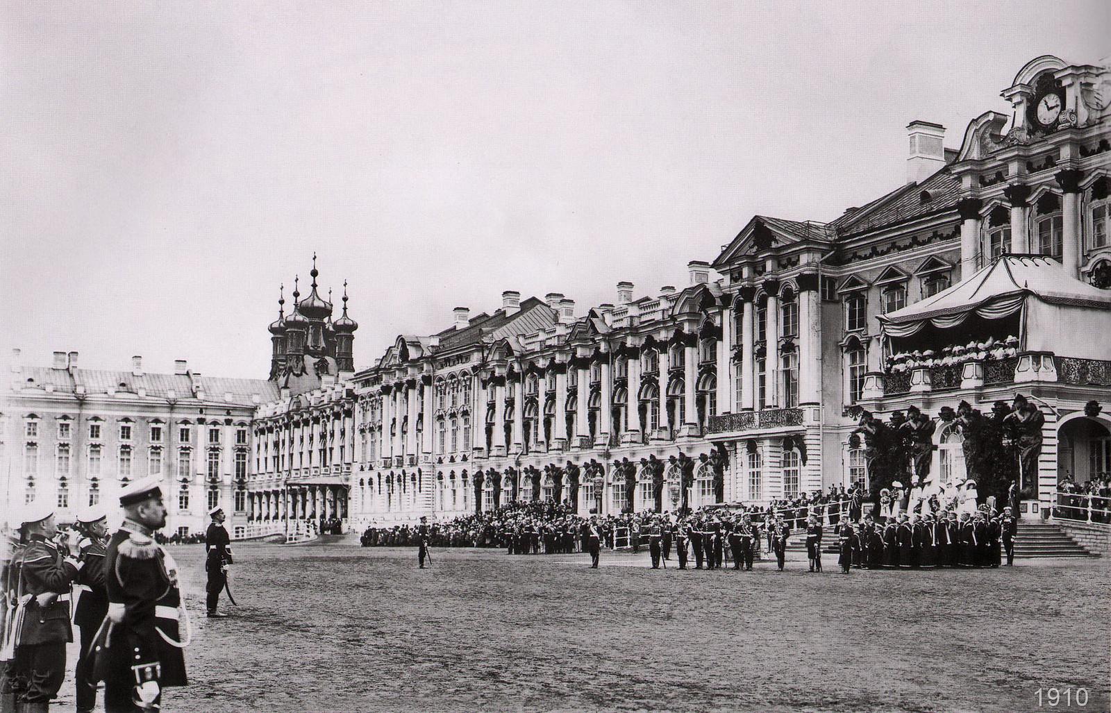 1910. Парад у Екатерининского дворца по случаю 100-летнего юбилея Гвардейского экипажа