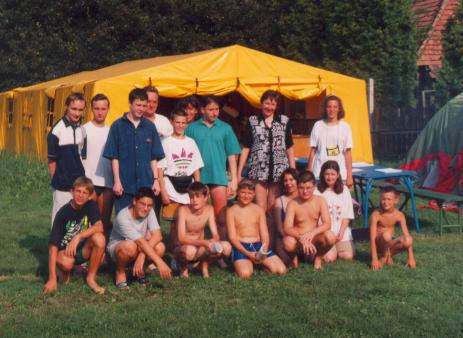 VCSE - Az 1998. évi kehdiakustányi tábor csoportképe a szállásul szolgáló sátorral együtt - Kép: Zelkó Zoltán