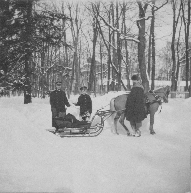1914. Цесаревич Алексей у Белой башни