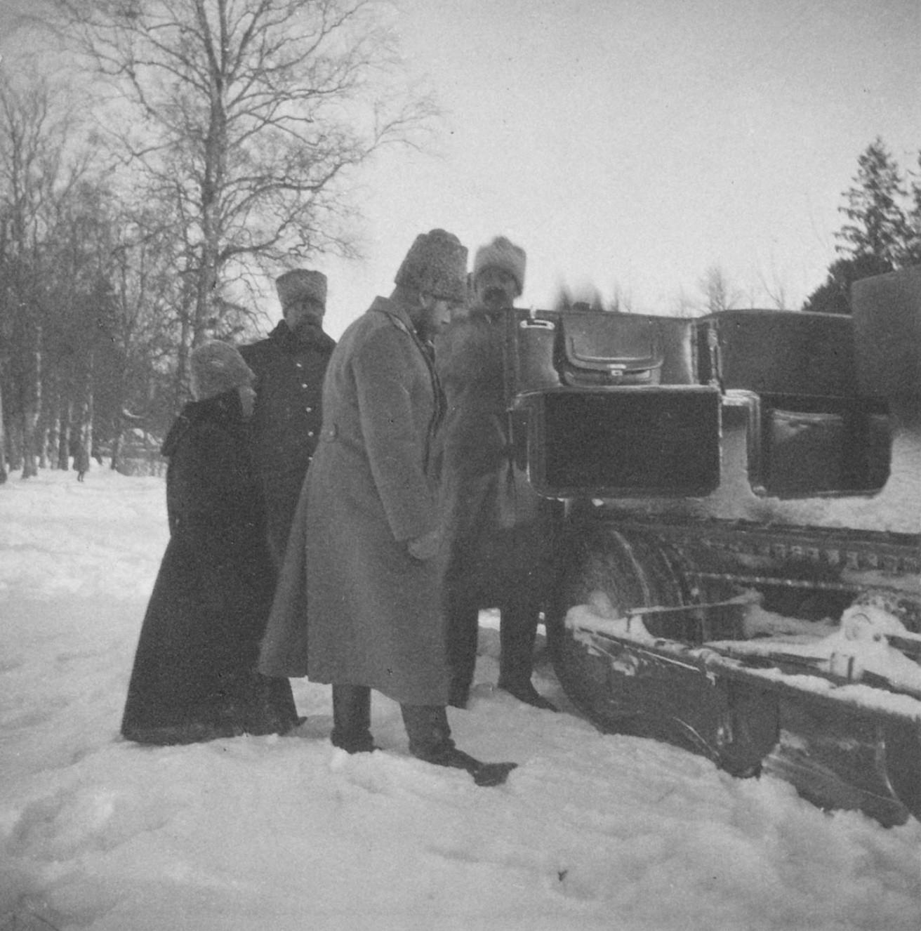 1914. Николай II садится в автомобиль-сани
