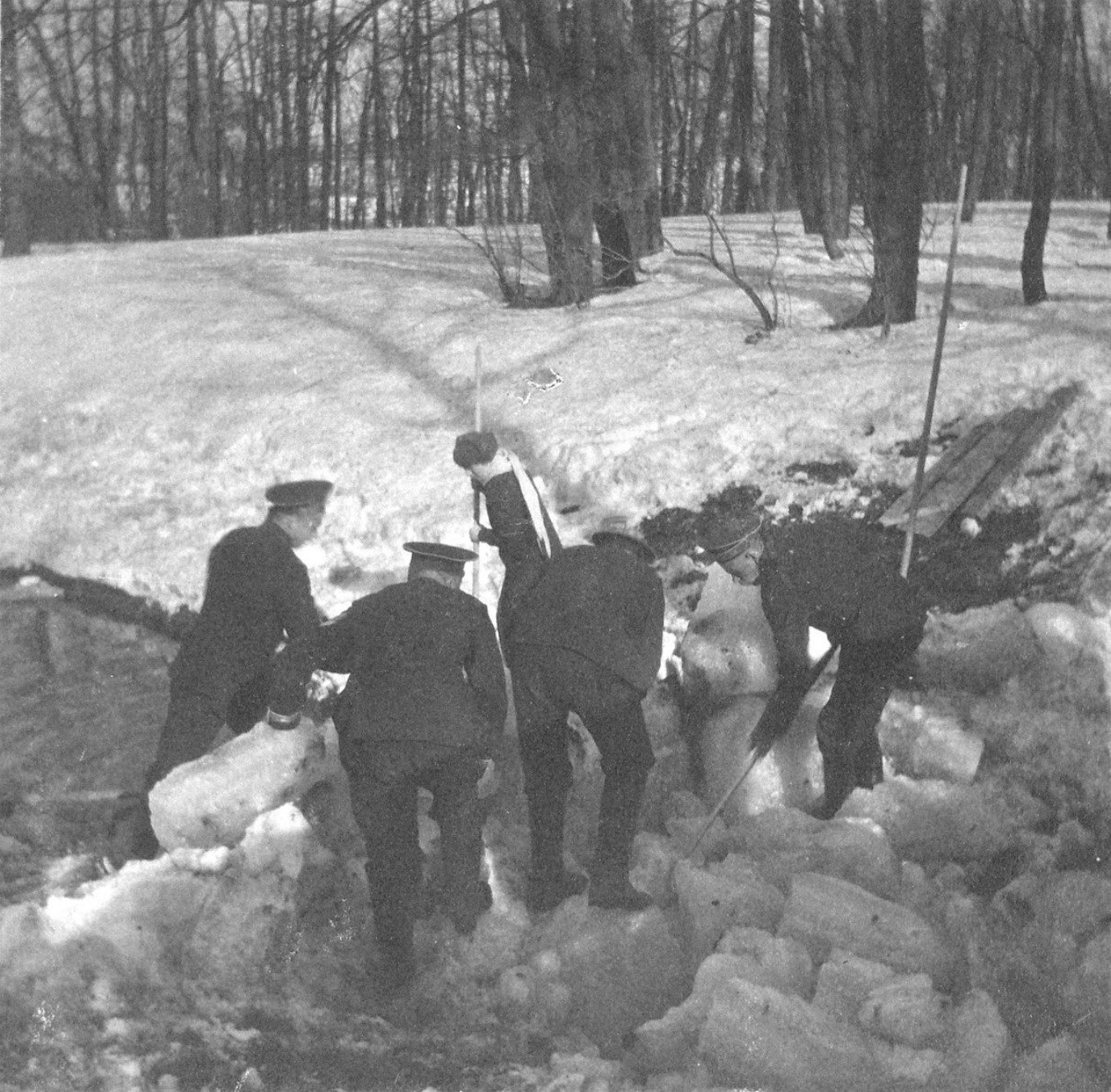 1914. Матросы убирают лёд у плотины пруда