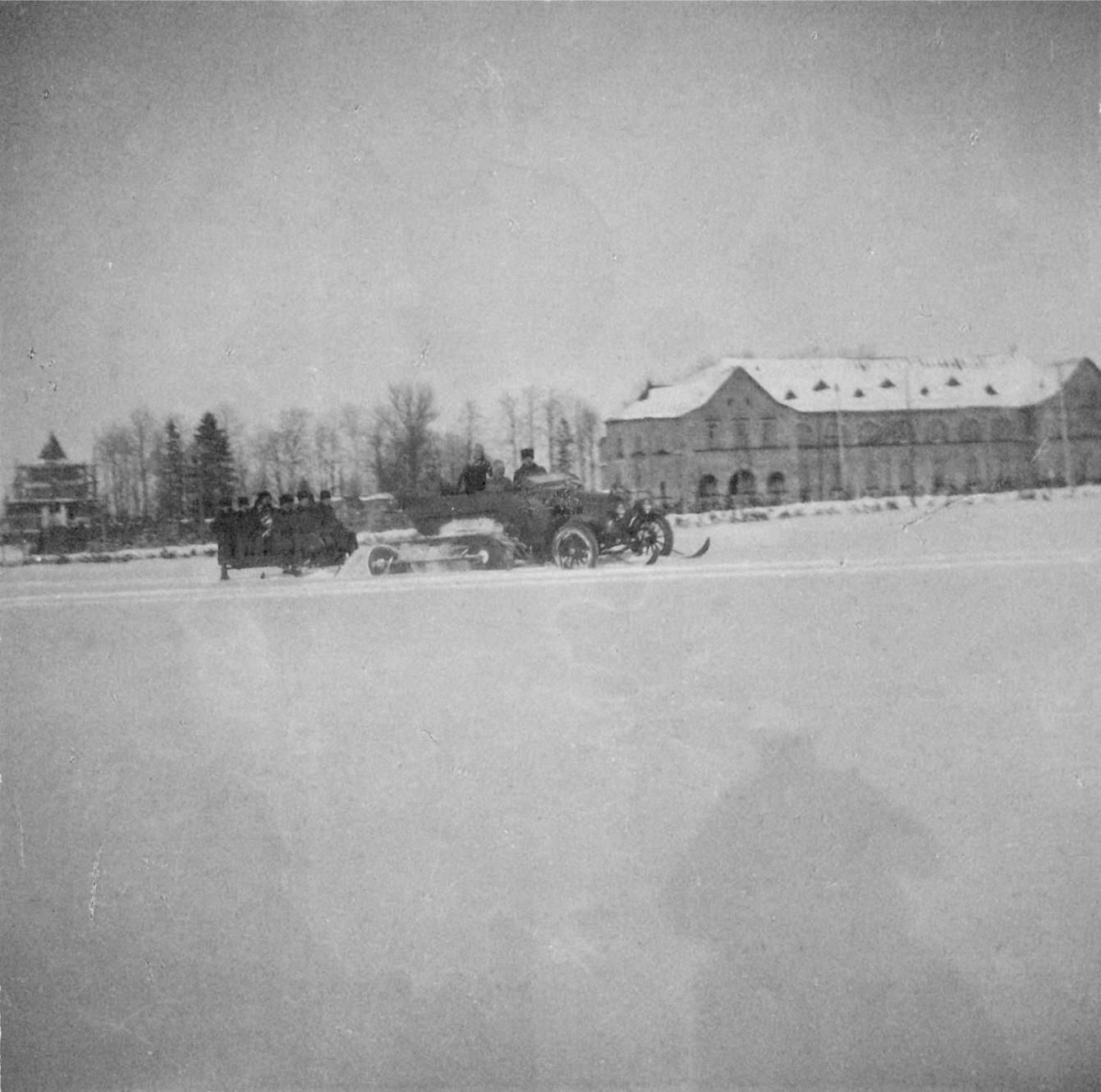 1914. Автомобиль-сани у казарм Собственного Е.И.В. Конвоя
