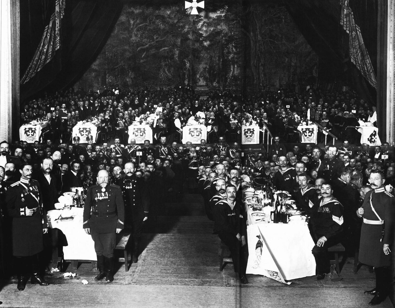 1913. Георгиевские кавалеры на банкете, устроенном в Народном доме императора Николая II.