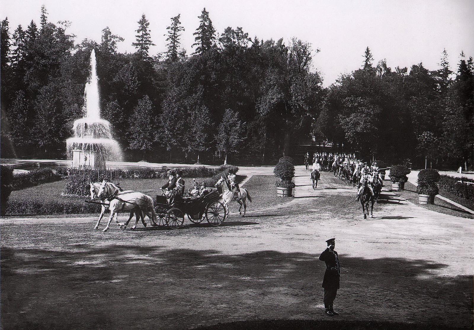 1909. Император Николай II и король Фредерик VIII следуют ко дворцу в Новом Петергофе
