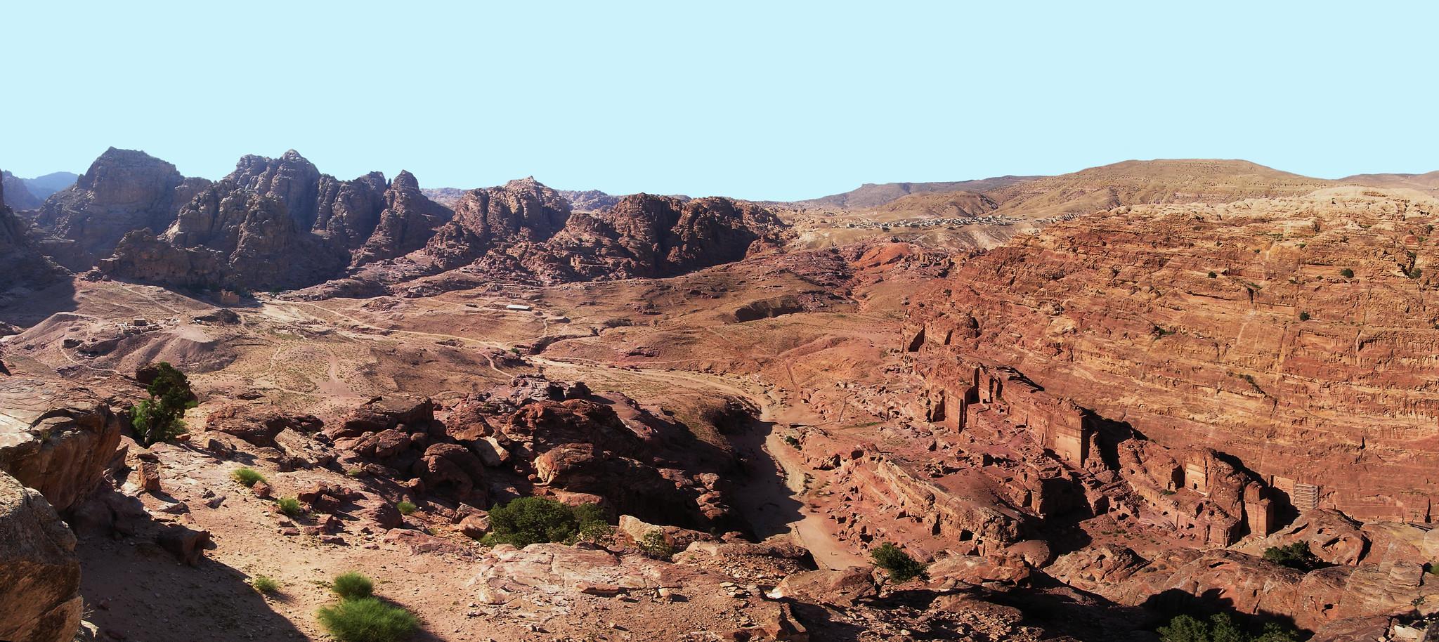Petra, meseta del Ad Deir, Monasterio, montañas y valle del Wadi Araba Jordania