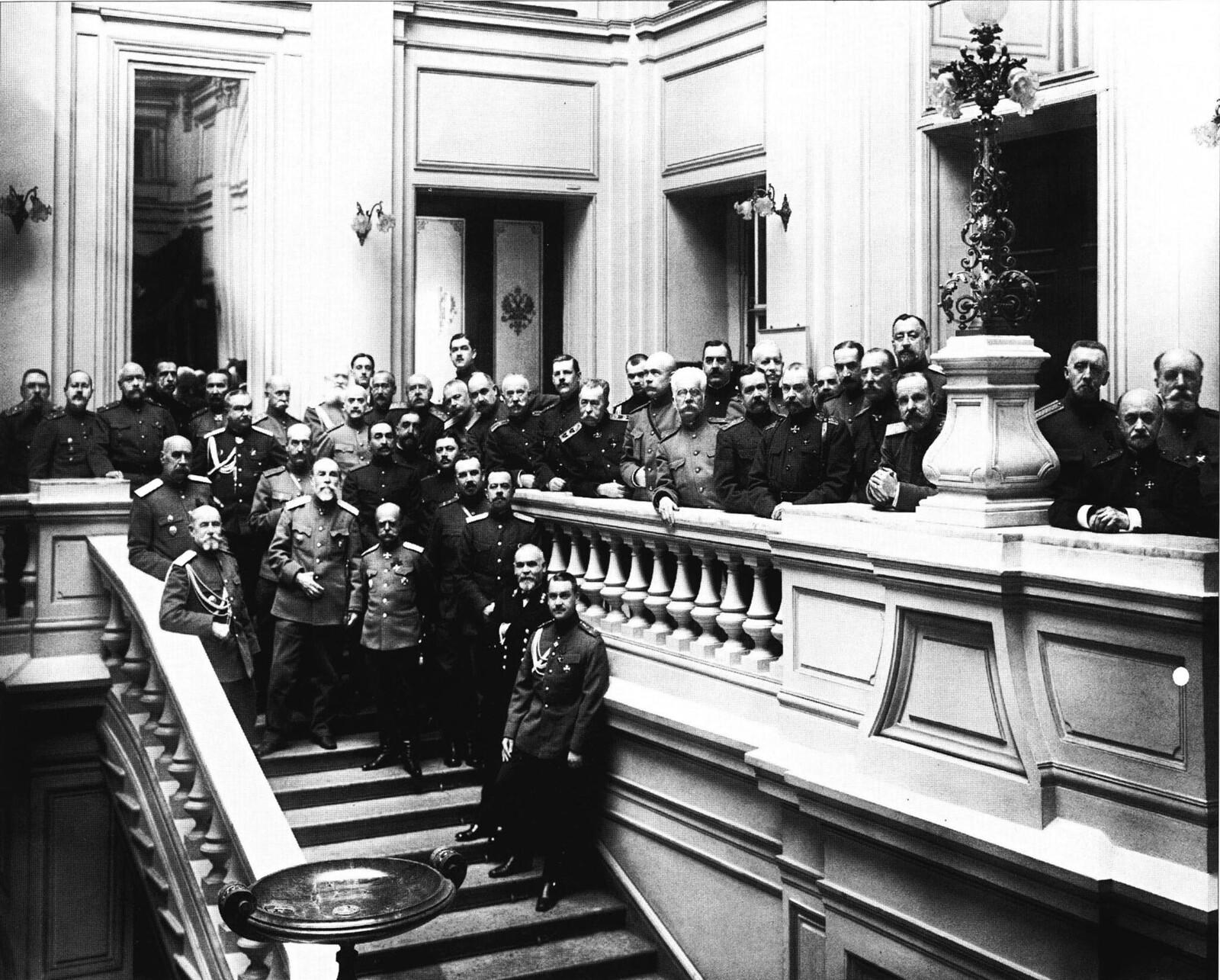 1916. Дом армии и флота. Группа офицеров на лестнице. Март
