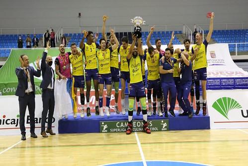 El C.V. Guaguas Las Palmas celebra el título de campeón de la Superliga Masculina de Voleibol
