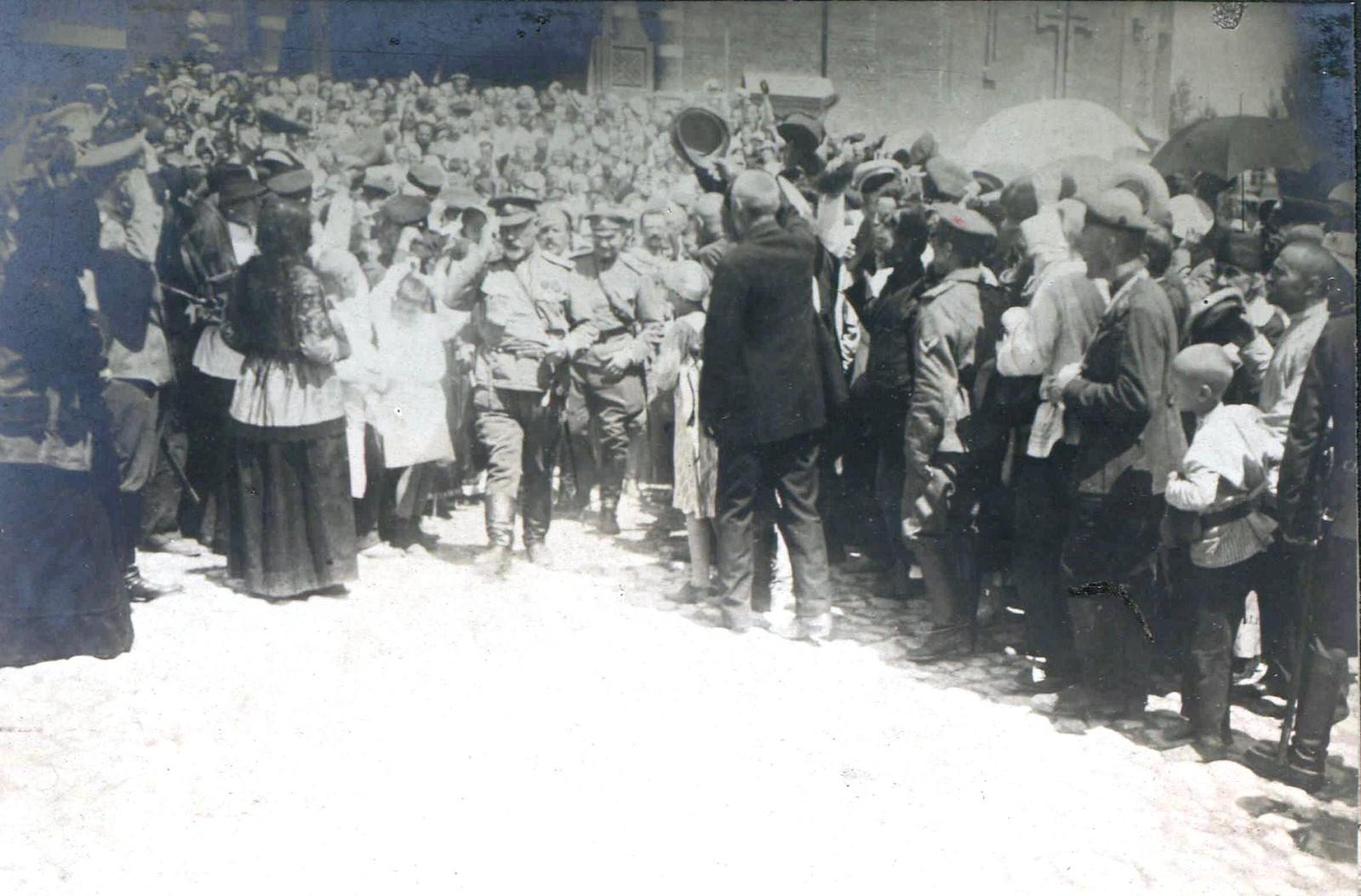 261. 1919. Народ приветствует Деникина после взятия Царицына, июнь