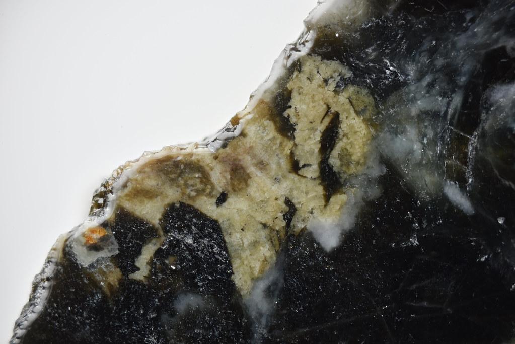 セリウムトルネボム石 / Törnebohmite-(Ce)