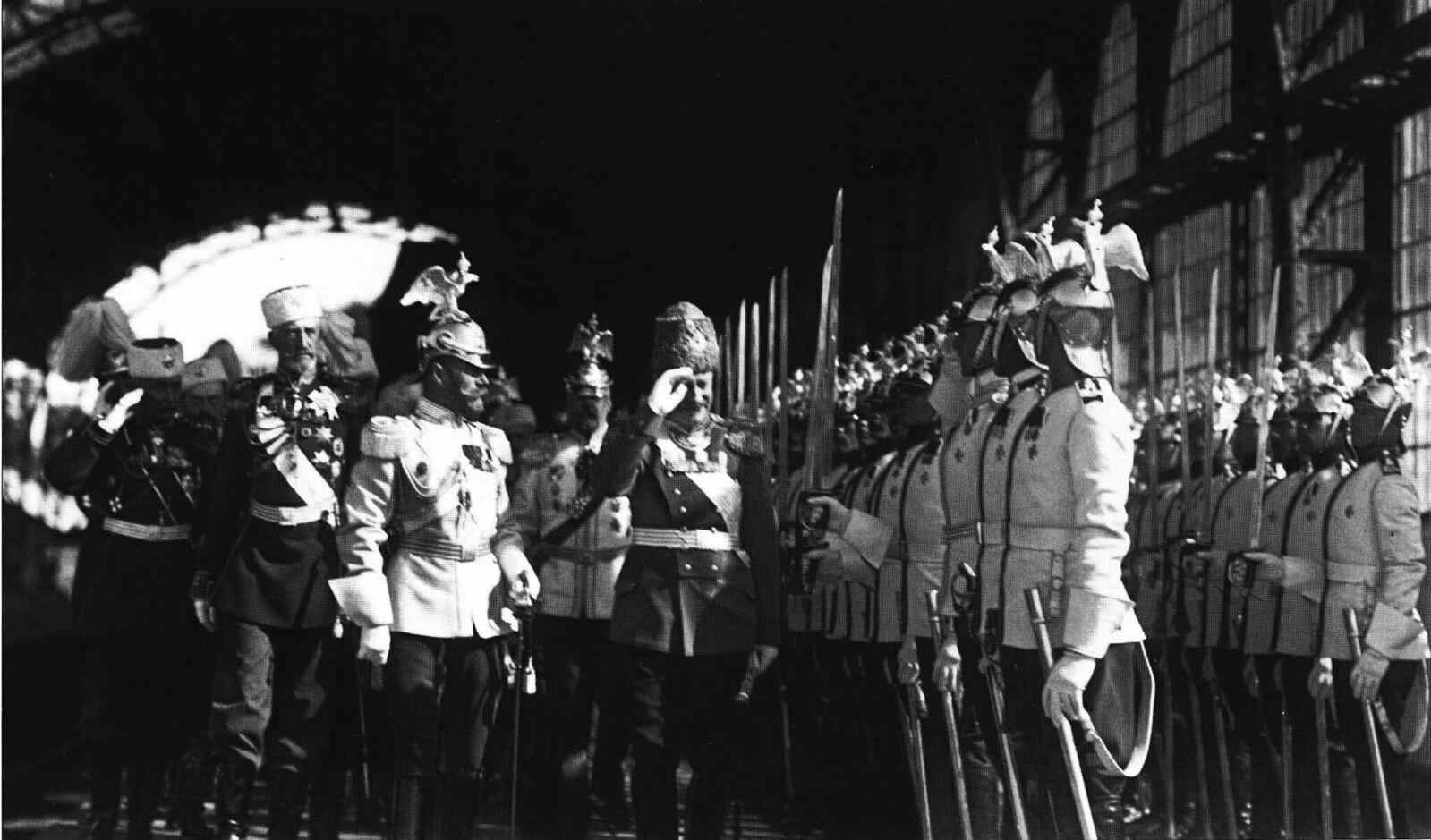 1914. Император Николай II и король Саксонии Фридрих-Август III обходят почётный караул лейб-гвардии Кирасирского полка на Царскосельском вокзале. 7 июня