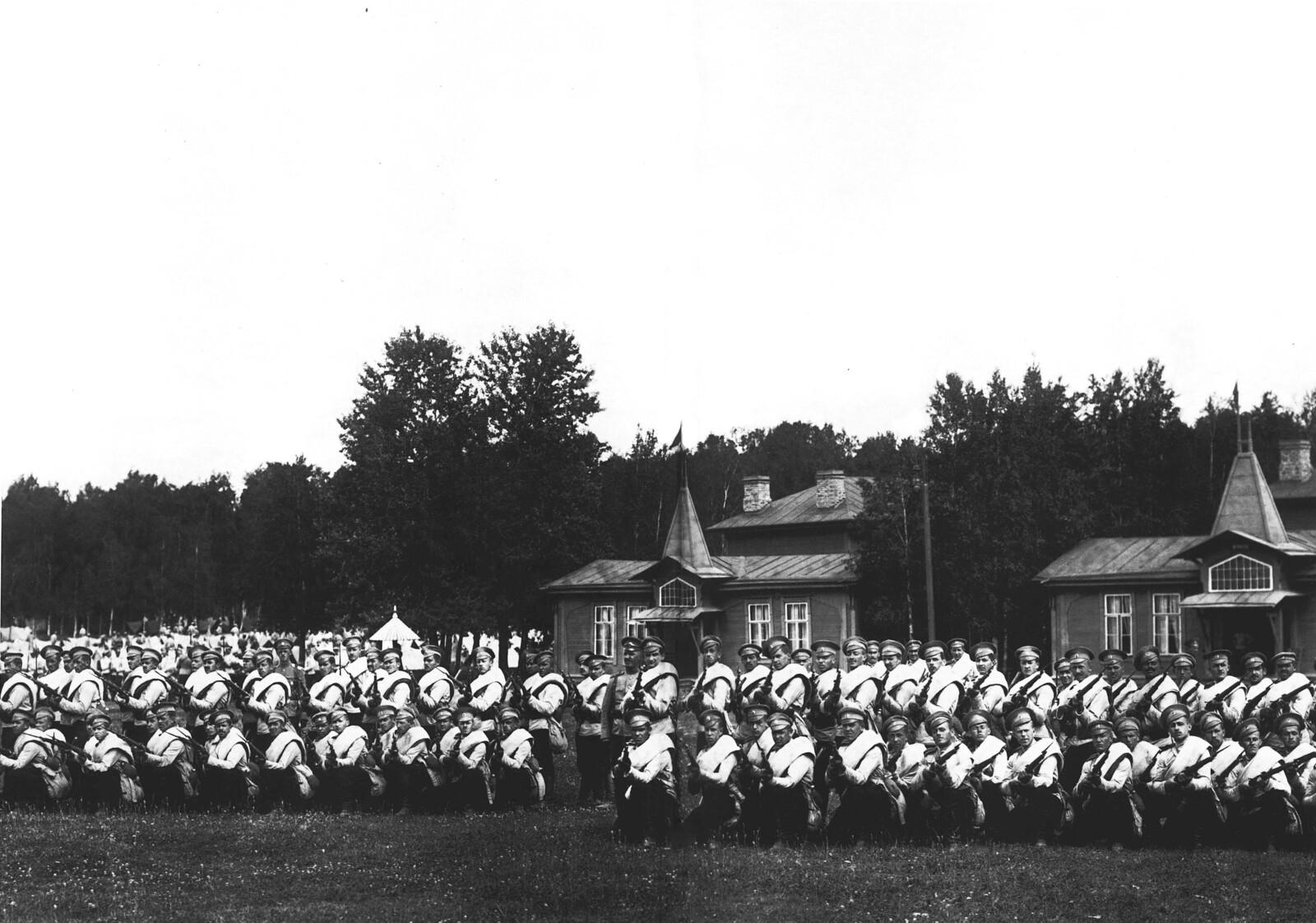 1913. Юнкера Павловского военного училища на учениях в Красном Селе