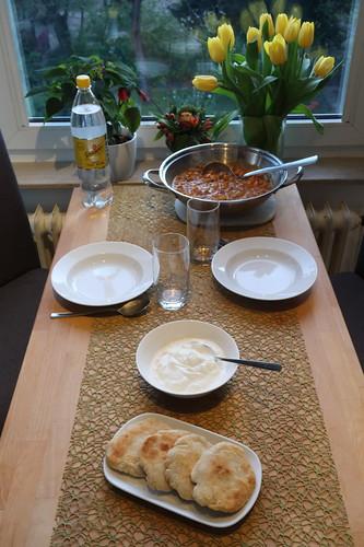 Kürbis-Kichererbsen-Topf  mit Joghurt und Fladenbrot (Tischbild)