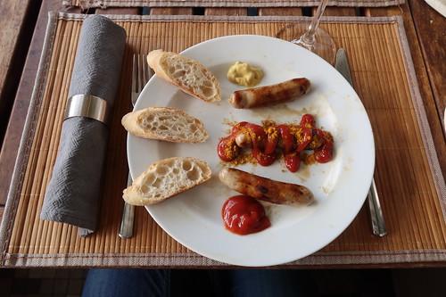 Kräuterbratwürstchen auf dreierlei Art (mit Ketchup, als Currywurst und mit Senf)