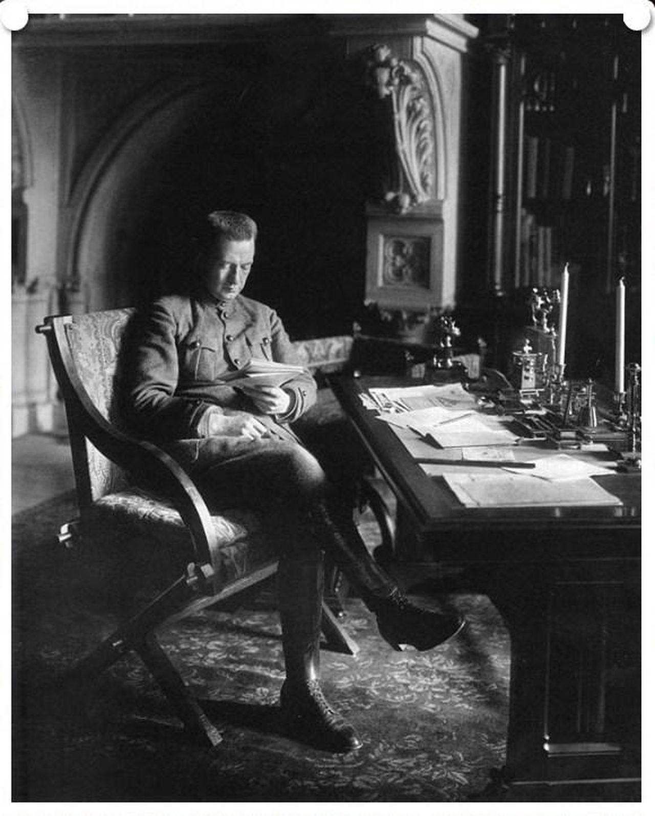 1917. Председатель Совета министров Временного правительства А.Ф. Керенский в библиотеке Николая II-го в Зимнем дворце