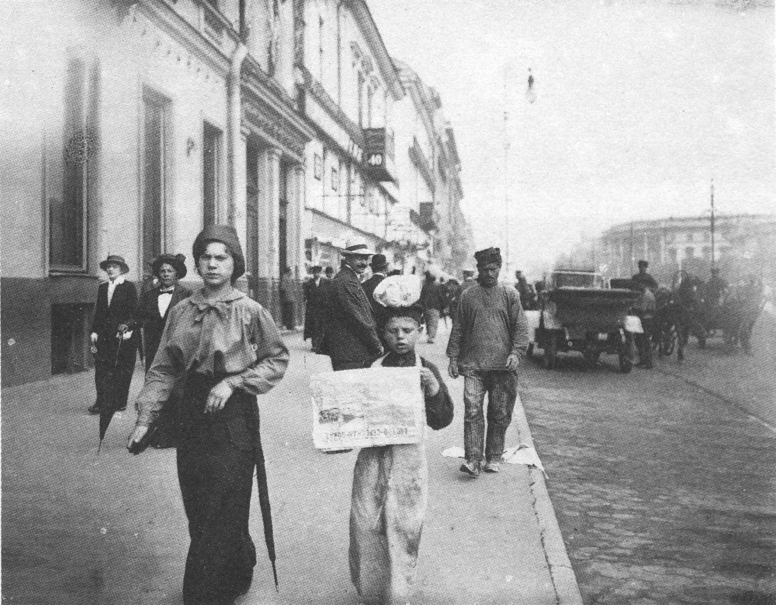 1914. Мальчик, читающий газету на Невском проспекте