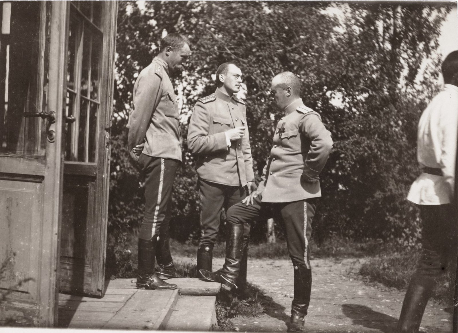 1907. У входа в Дежурку