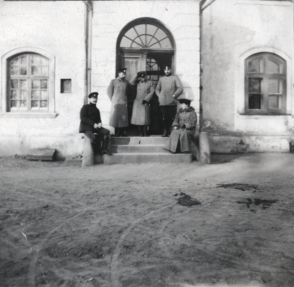 1907. На ступенях дома гусары и мадам Фридерици