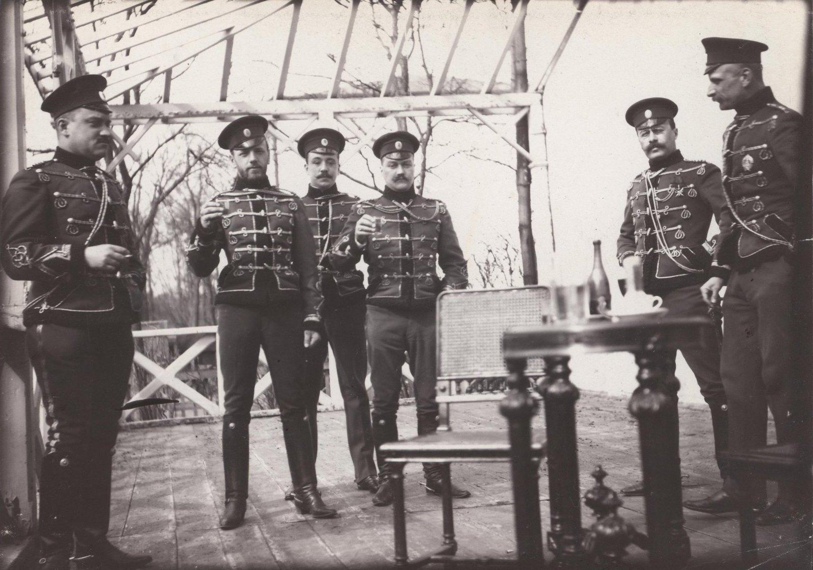 1907. На балконе Дежурки в Царском Селе.