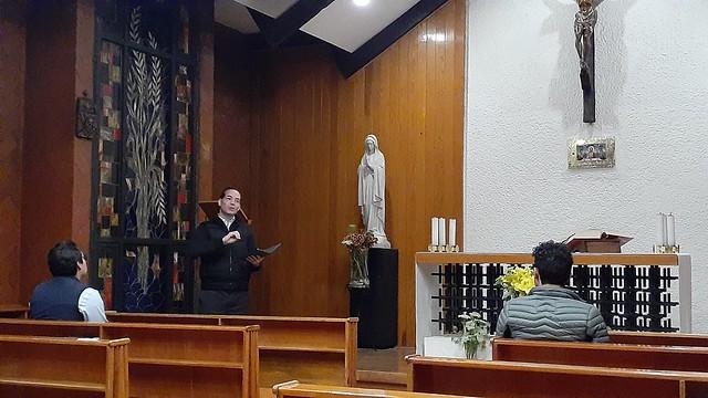 Jesus Torres predicandoles una meditación