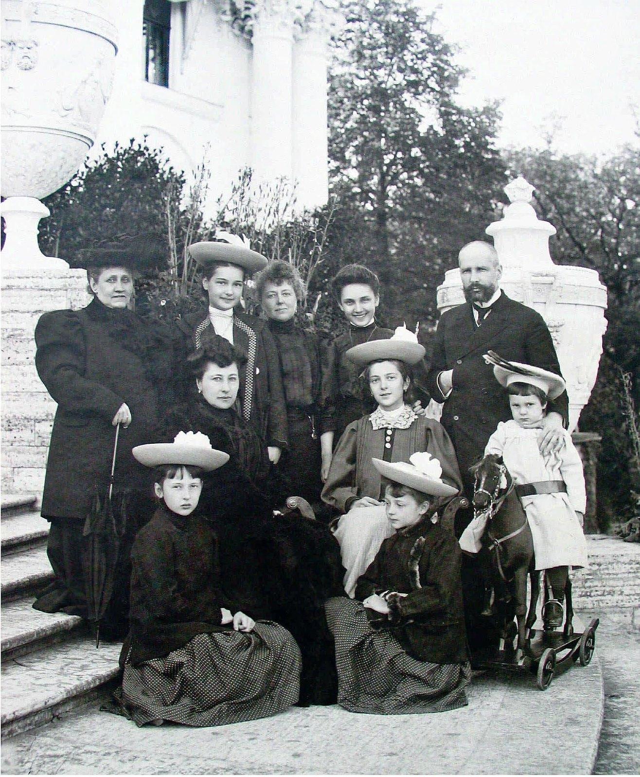 1907. Председатель Совета министров П.А.Столыпин с семьей на террасе Елагина дворца