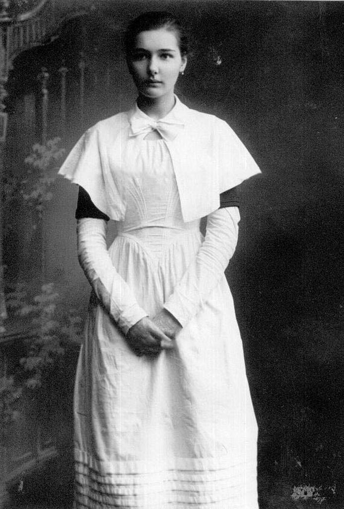 1907. Дочь П.А.Столыпина Елена в форме воспитанницы Смольного института благородных девиц