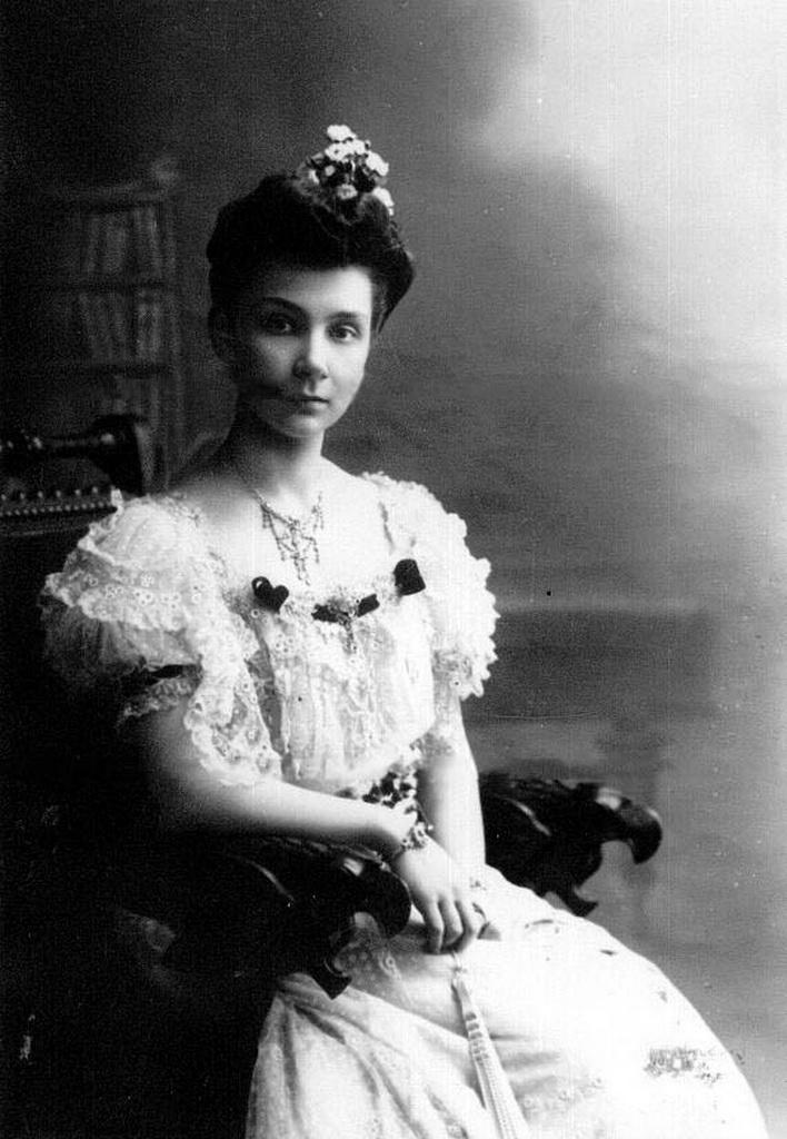 1900-е. Старшая дочь П.А.Столыпина Мария в бальном платье (2)