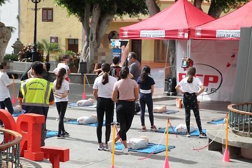 Un grupo de alumnos-as atiende a las explicaciones del coordinador de la actividad en la Plaza Nuestra Señora del Rosario de Agüimes