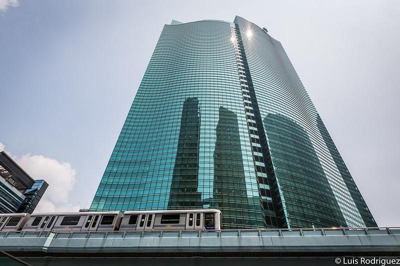 La vía de la línea Yurikamome pasa entre los rascacielos de Shiodome