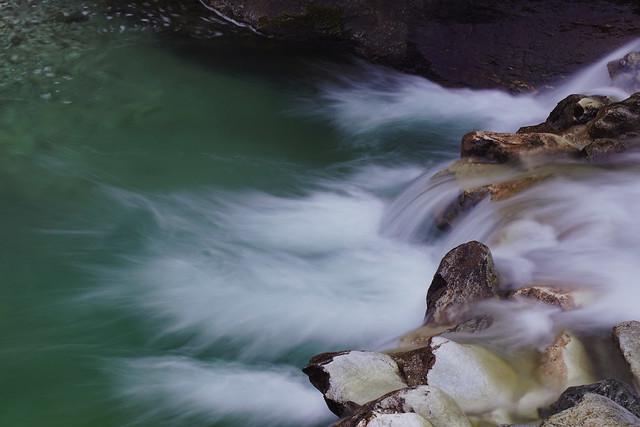 Acqua e pietre nel torrente Serra a Malbacco di Seravezza in Versilia