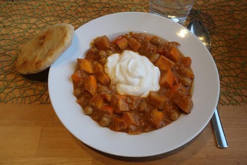 Kürbis-Kichererbsen-Topf  mit Joghurt und Fladenbrot (meine erste Portion)