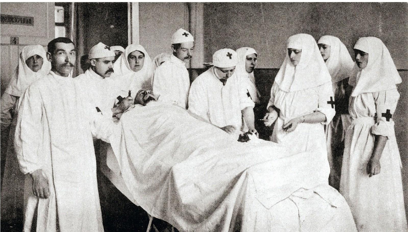 Императрица Александра Фёдоровна с дочерьми ассистирует княгине Вере Гедройц в операционной