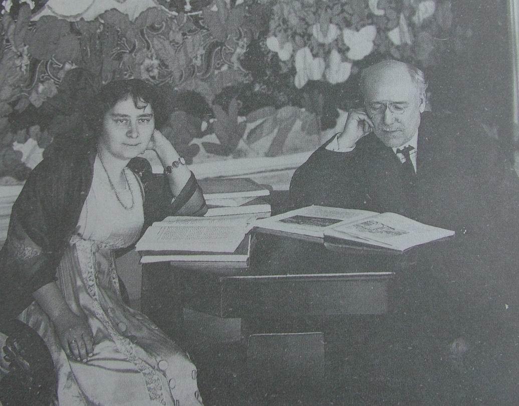 1910-e. Фёдор Сологуб и его жена Анастасия Чеботаревская у себя дома