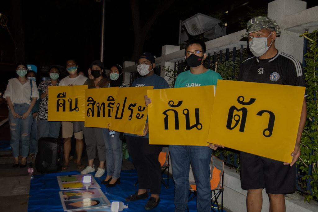 ประชาชนยืนถือป้ายเรียกร้องให้คืนสิทธิประกันตัวหน้าศาลอาญา