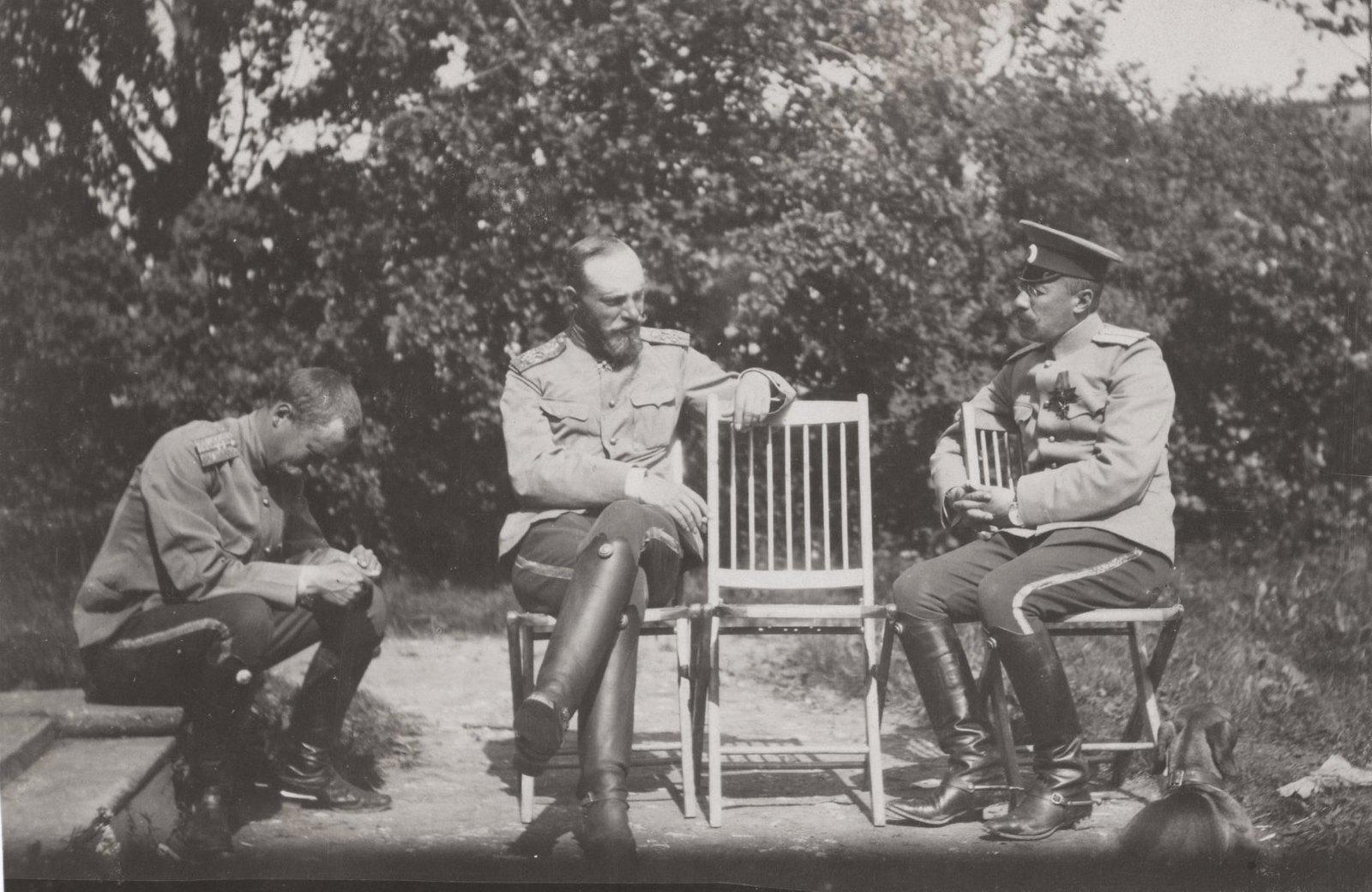 1907. Отдых у входа в Дежурку