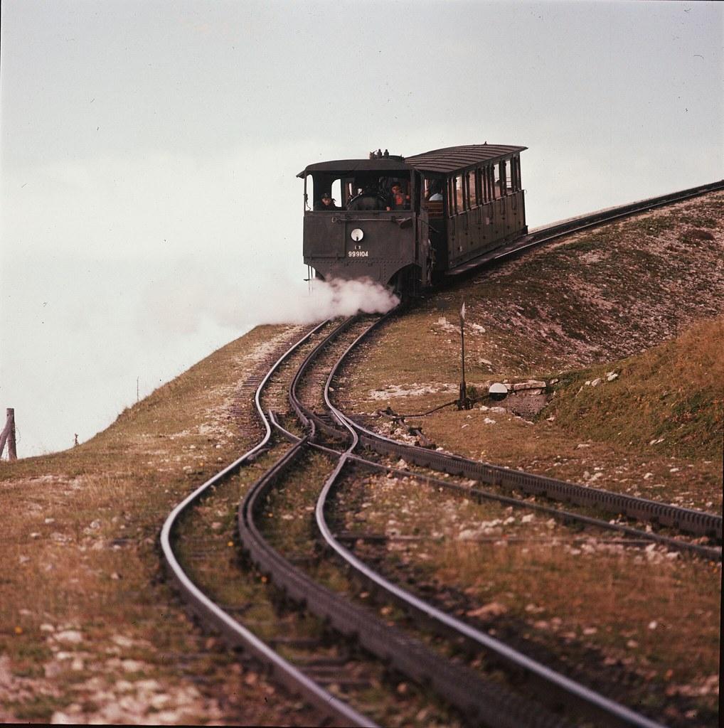 24. Поезд на извилистой железной дороге, идущей от Санкт-Вольфганг-им-Зальцкаммергут до горы Склафберг (1783 м) в Зальцбургском регионе