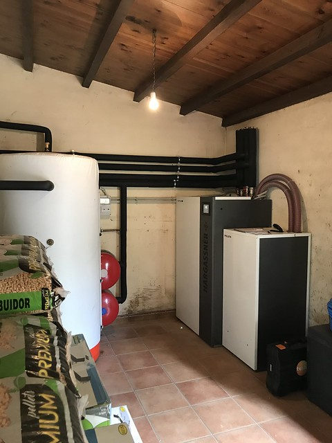 Caldera de pellets Quento pasa suministro de calefaccion y agua caliente para vivienda.