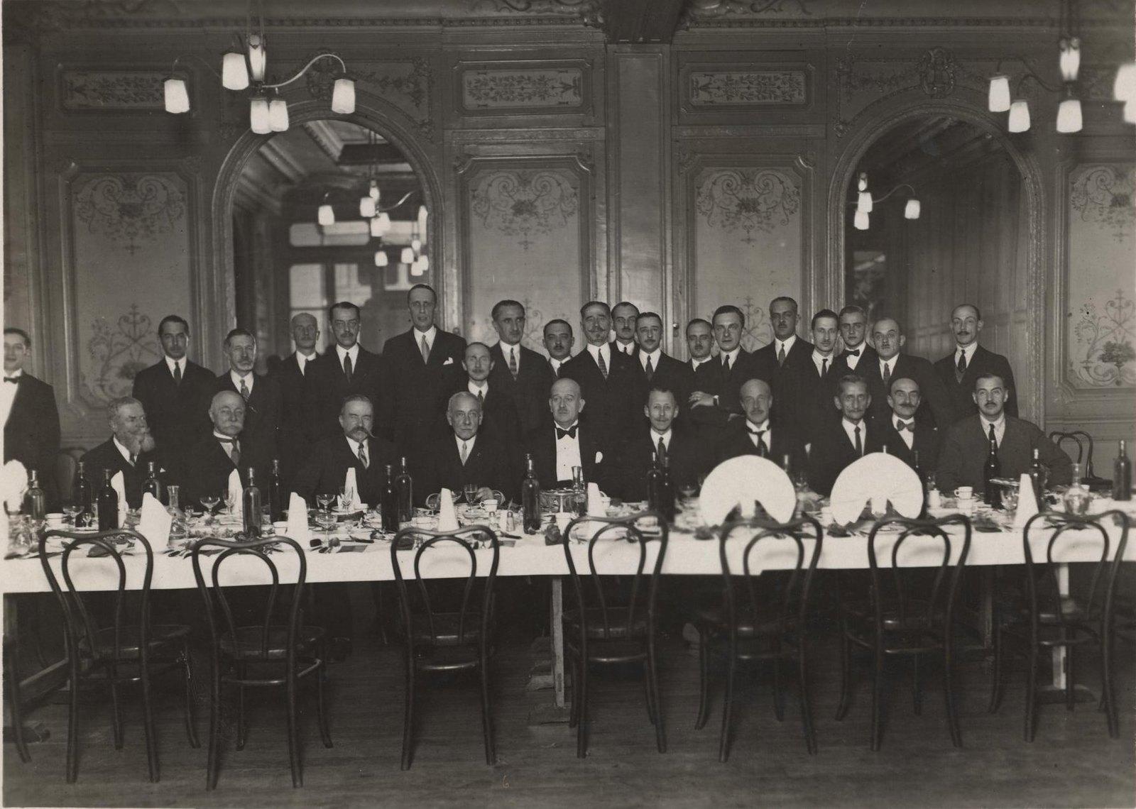 1925. Гусары Лейб-гвардии Гусарского полка в зале во время торжественного мероприятия