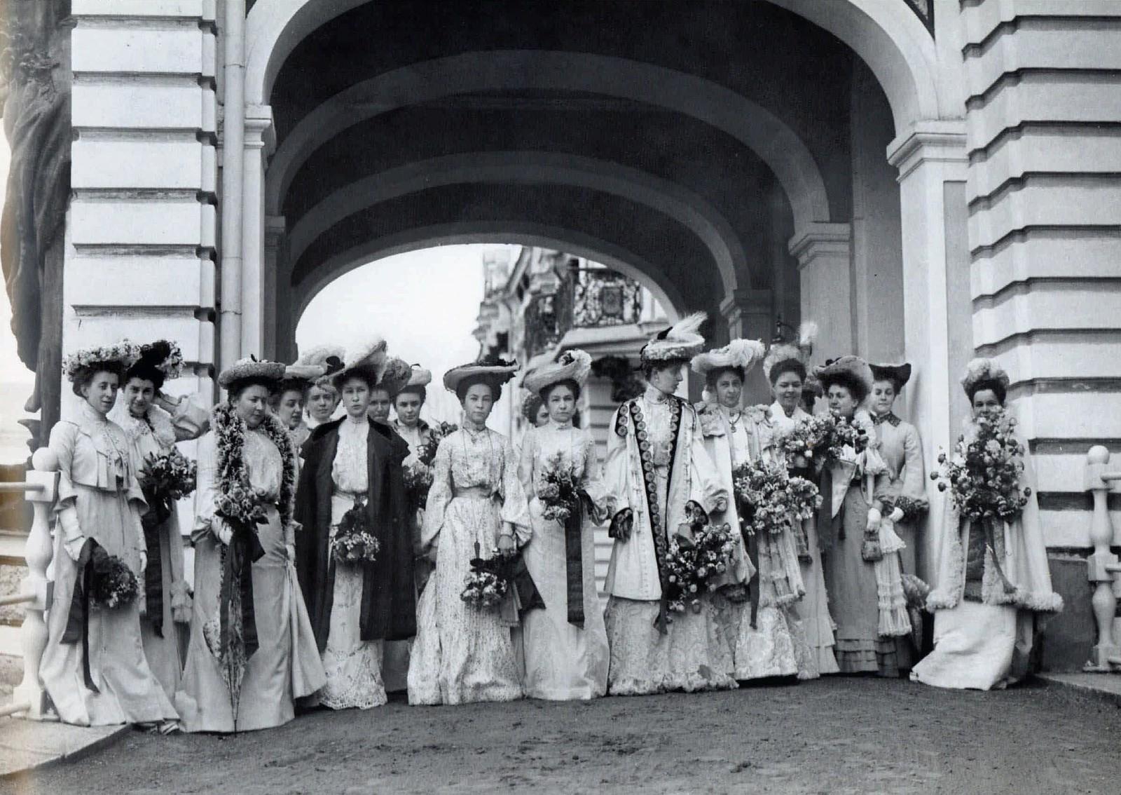 1903. Придворные дамы у Екатерининского дворца. Царское село. Апрель