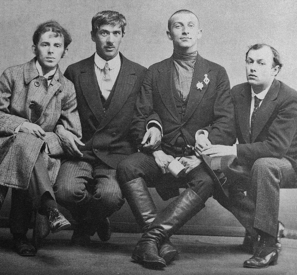 1914. Мандельштам, Чуковский, Бенедикт Лившиц и Юрий Анненков, случайное фото во время мобилизации на фронт (Лившиц был среди мобилизованных, бритый и в сапогах, остальные остались в Питере)