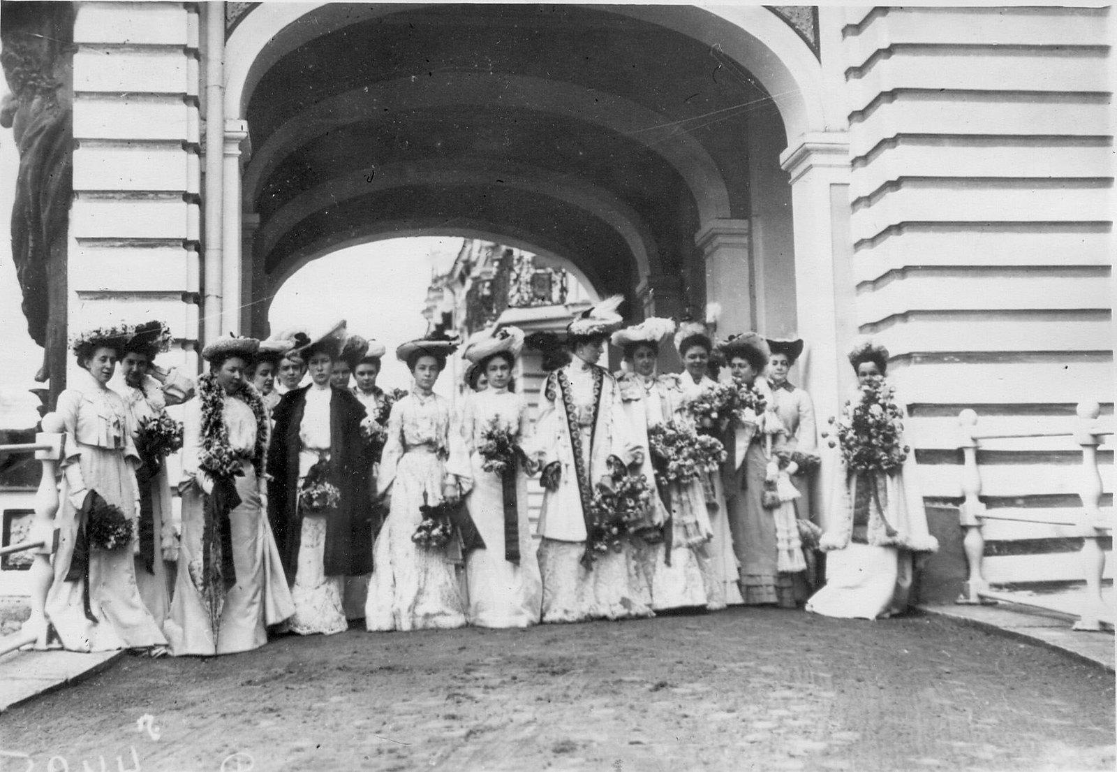 1903. Придворные дамы у Екатерининского дворца. Царское село. Апрель (вариант)