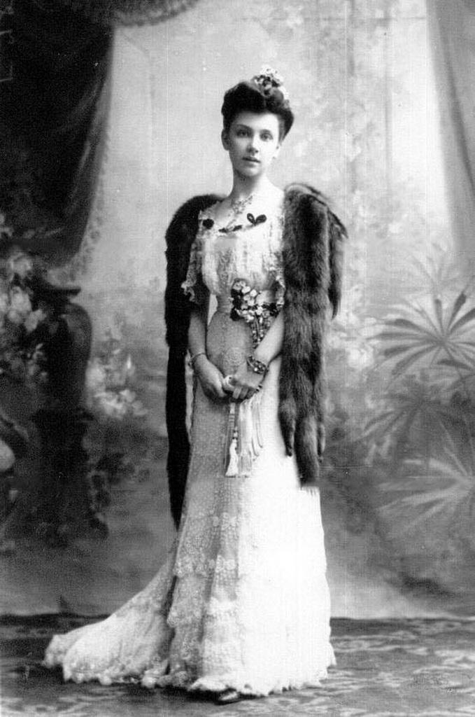1900-е. Старшая дочь П.А.Столыпина Мария в бальном платье