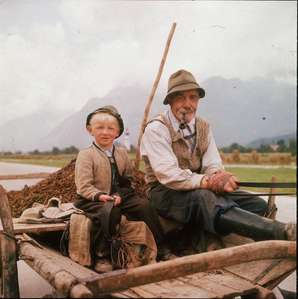 07. Пожилой австриец на тележке рядом с внуком