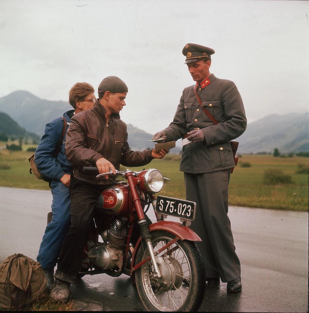03. Полицейский изучает документы двух мужчин на мотоцикле