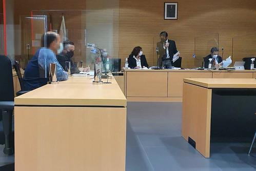 El acusado, a la izquierda de la imagen, durante la celebración del juicio (Foto: C7)