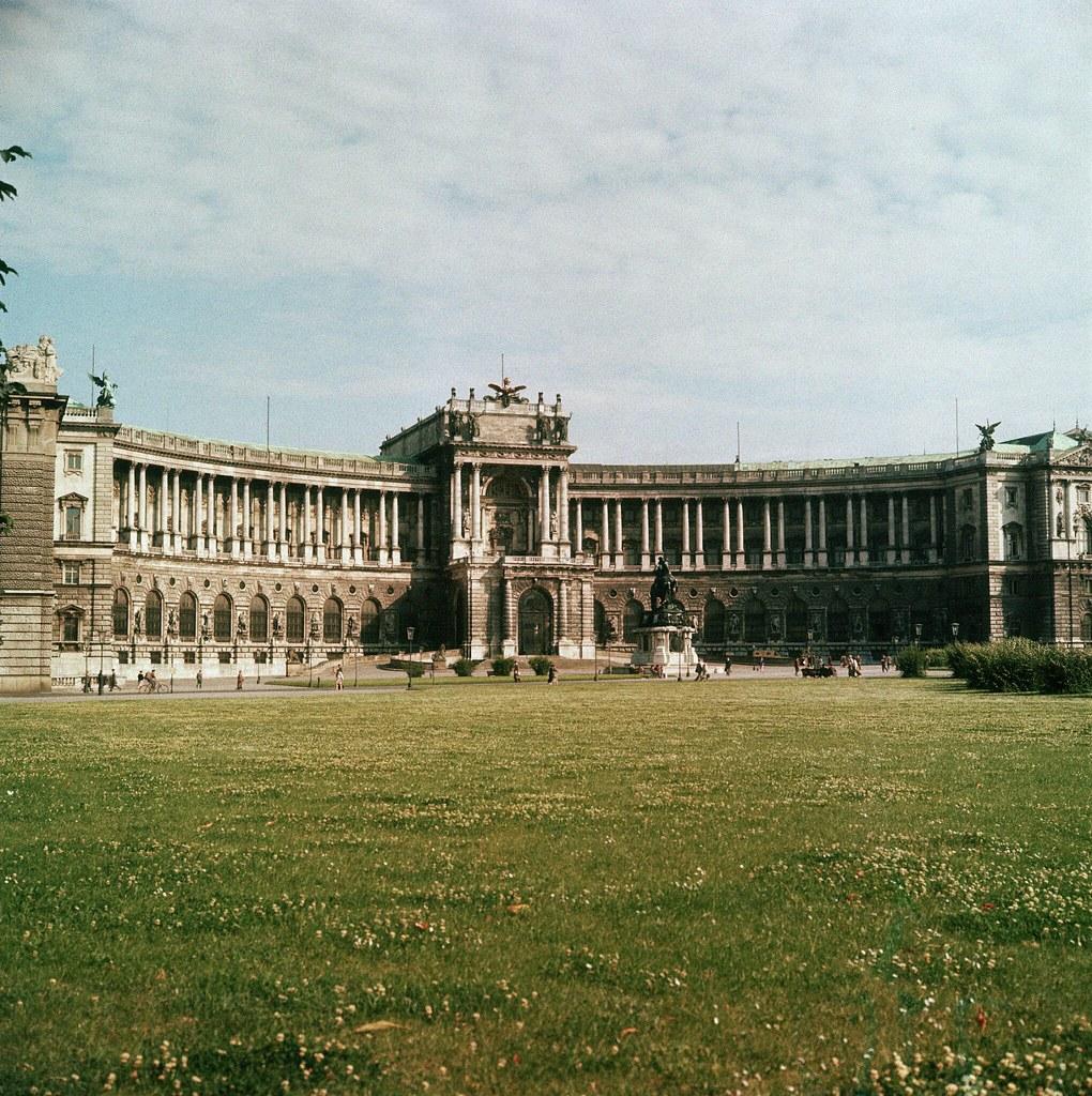 30. Одно из нескольких зданий, составляющих Хофбург, бывший Императорский дворец