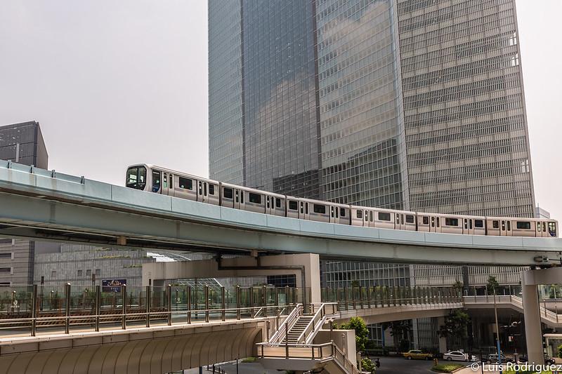 Línea Yurikamome entre los rascacielos de Shiodome