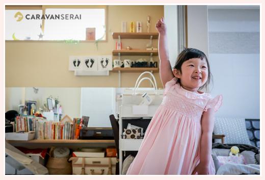 自宅で遊ぶ3歳の女の子 ピンクのワンピースを着て
