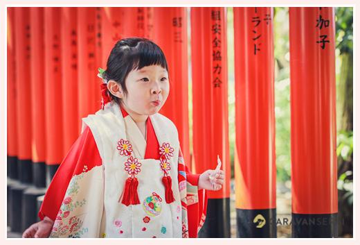 七五三の衣装を着て弟のお宮参りに来た3歳の女の子