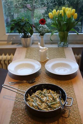 Penne mit grünem Spargel, Ricotta und Parmesan (Tischbild)
