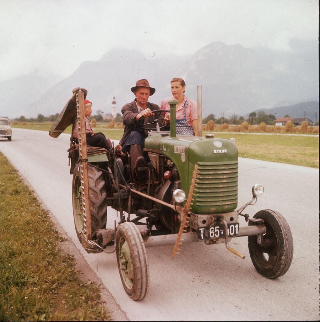 27. Семья едет на тракторе